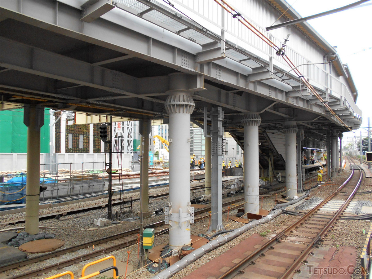 かつての埼京線ホームと、山手線側(中央改札)に延びる連絡通路(2018年5月26日撮影)。この時の工事では通路も全面的に閉鎖されました