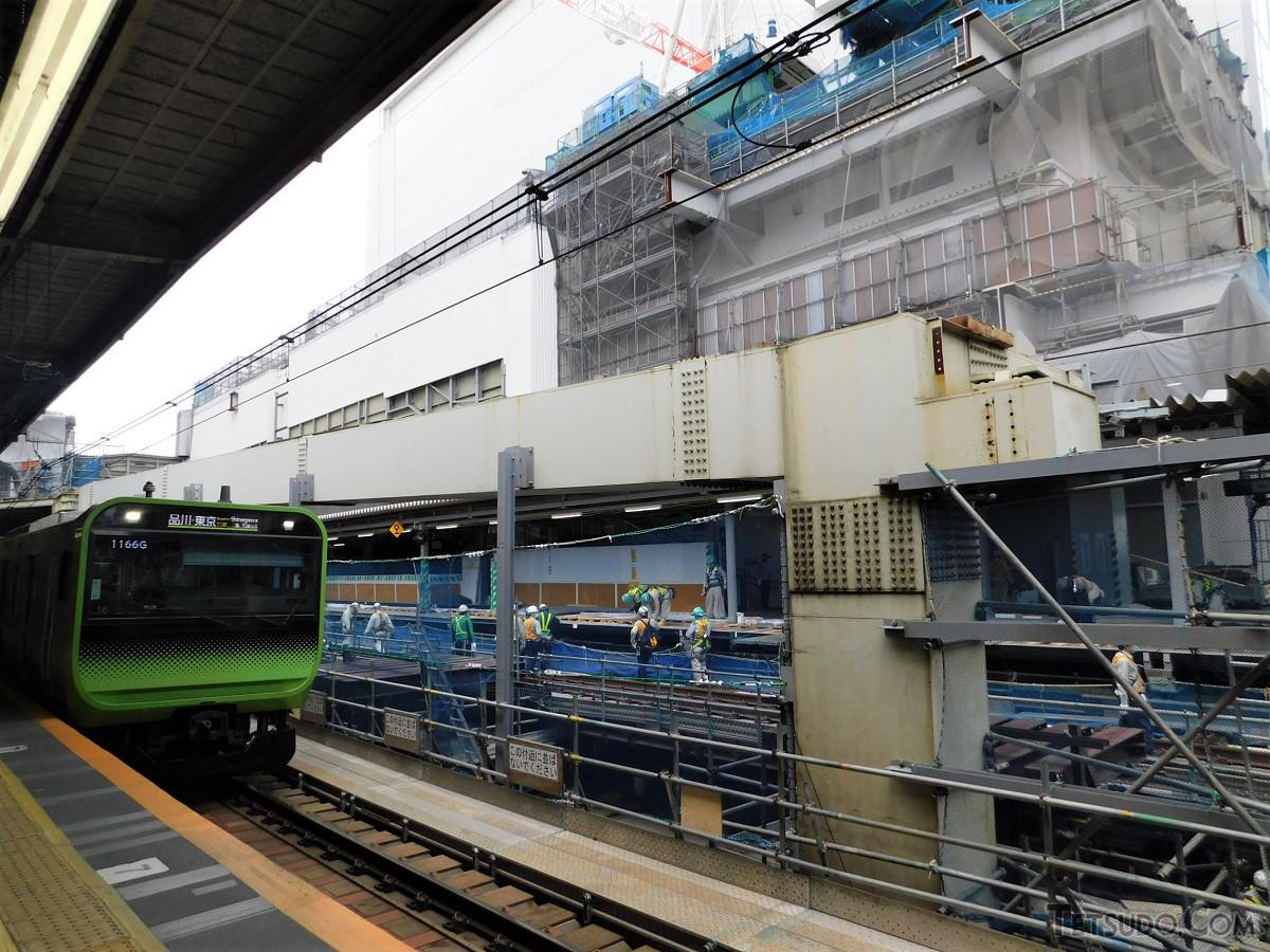 2020年5月31日に同じ位置で撮った連絡通路跡地。埼京線(3番線)側では、線路のかさ上げ、ホームの拡張などが進んでいました