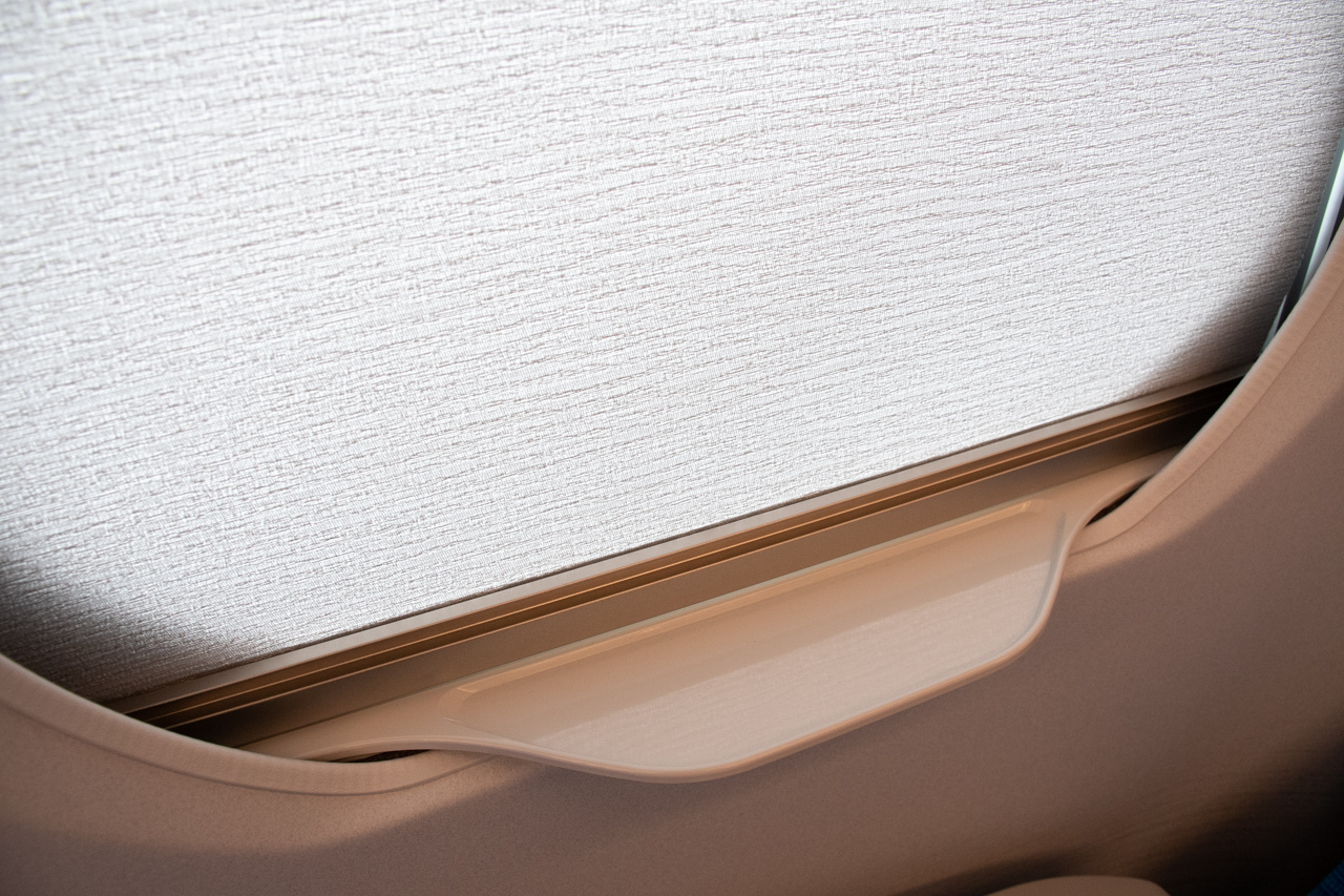 【N700S】ペットボトルが置きやすいよう改良された窓のテーブル