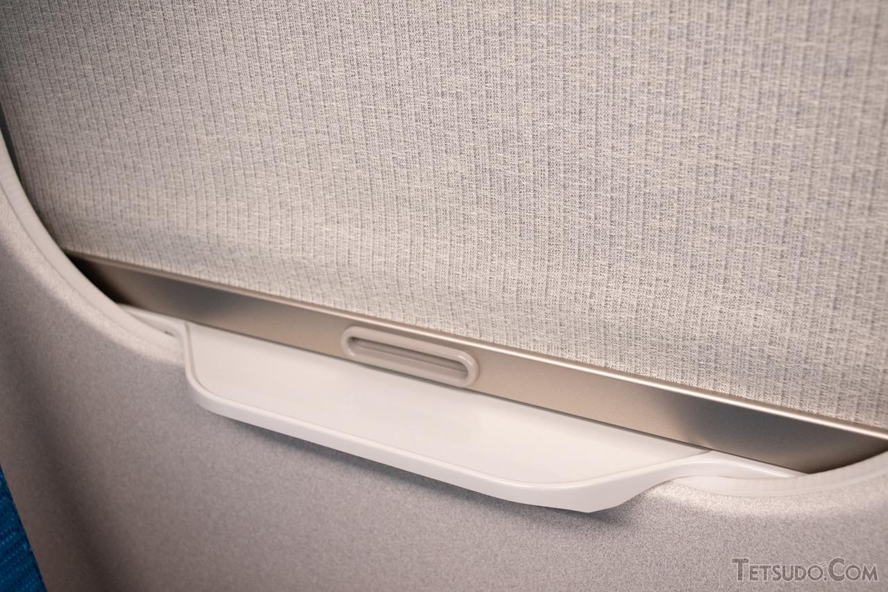 【N700系】従来車両では、カーテンを閉めるとペットボトルが置きづらい形でした