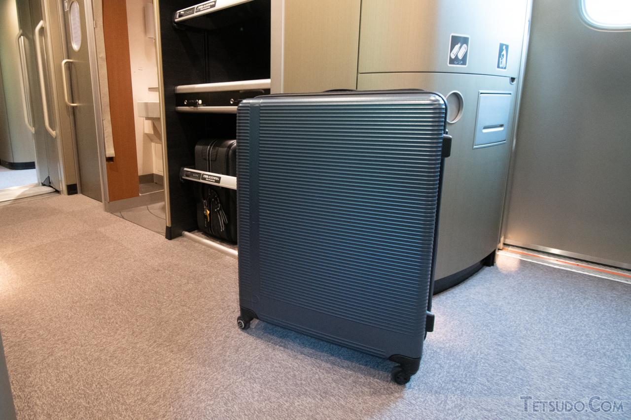 3辺合計が180センチで「特大荷物」に該当するスーツケース。約120リットルの容量ですが、このクラスのスーツケースは主に海外旅行用です