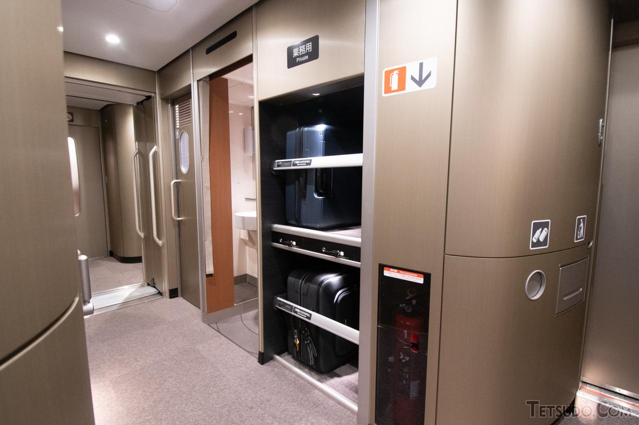 デッキ部に設置された特大荷物スペース。2023年度から使用できる予定です