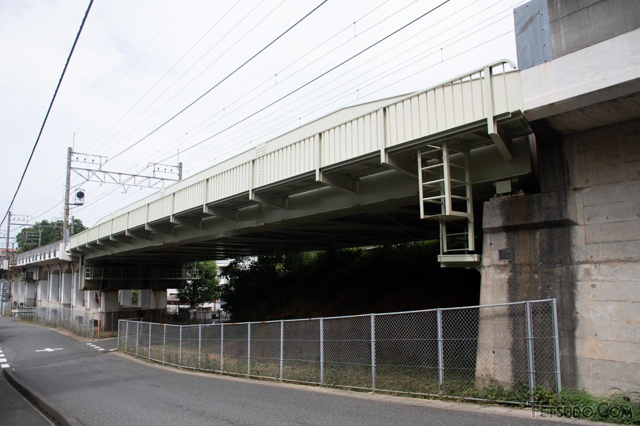 武蔵野線の西船橋~船橋法典間にある橋りょう。不自然に空き地をまたぐ空間が残されていますが、このスペースを成田新幹線が通る予定でした