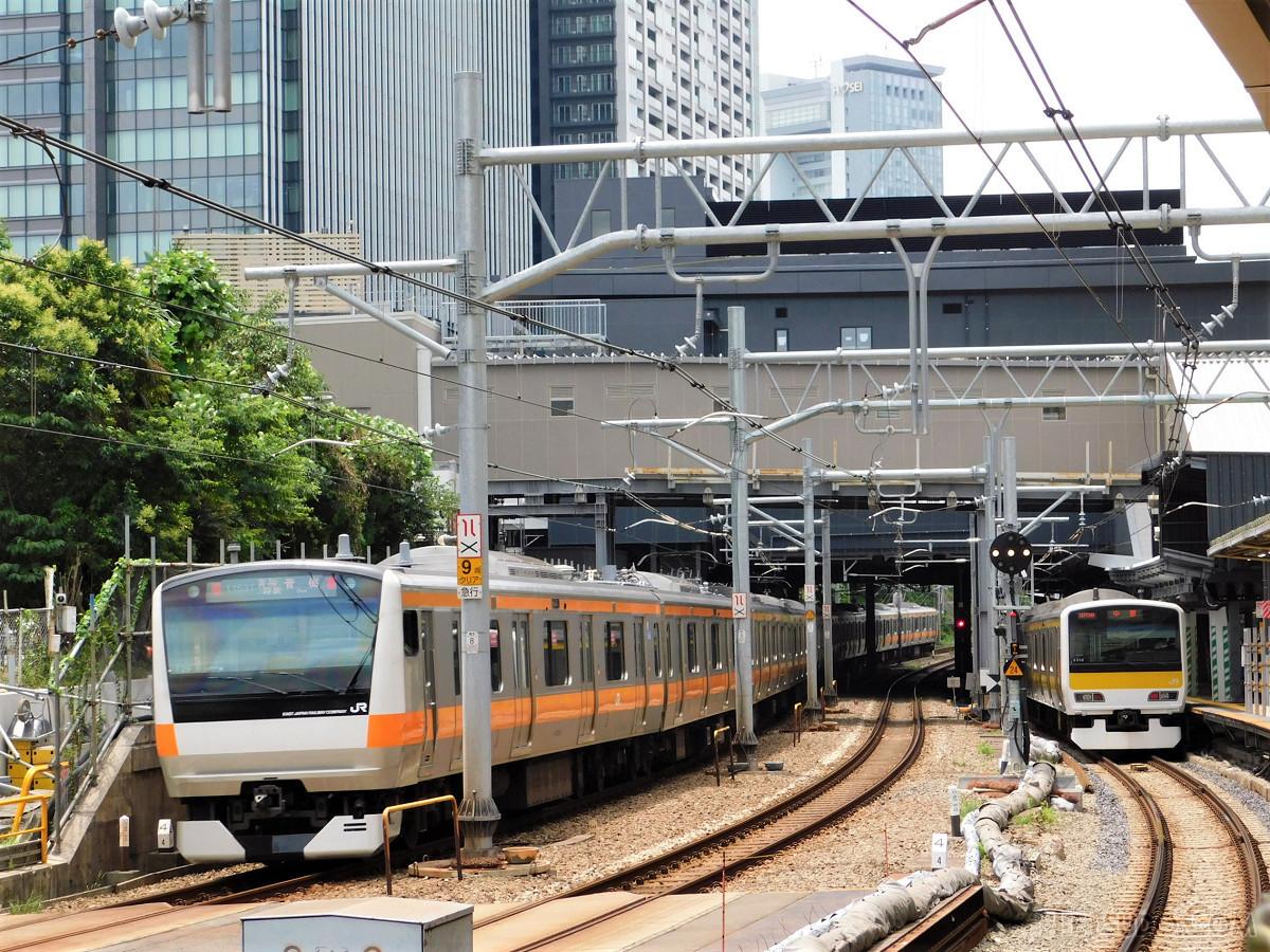 新ホーム停車中の列車(右)。7月12日以降、カーブ区間での発着はなくなりました