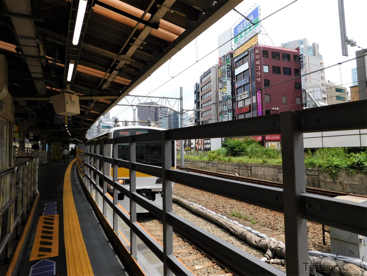 カーブを曲がりながら進入する中野行き列車。7月11日まではこの撮影位置に8号車が停車していました