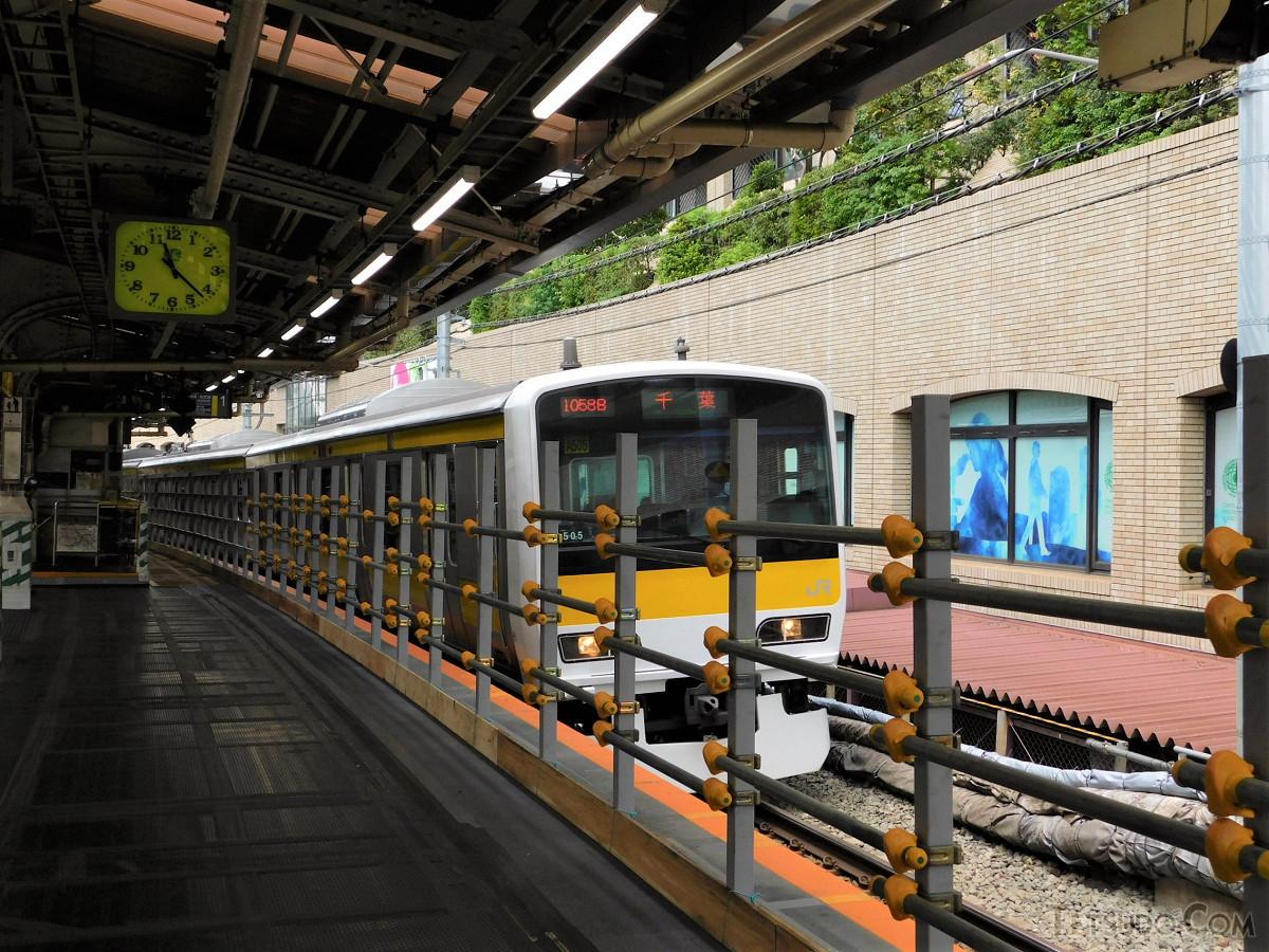 カーブ区間を進む千葉行き列車。旧ホーム部分は柵が設けられ、東口との連絡通路になりました