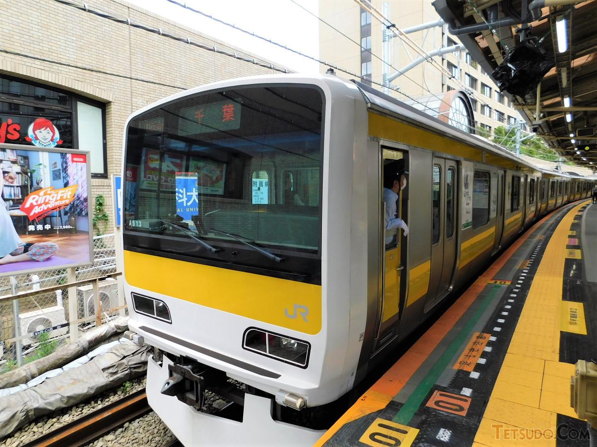 7月4日撮影の千葉行き列車。最後尾の10号車はこの位置に停まっていました。先頭はカーブの先、東口方面です