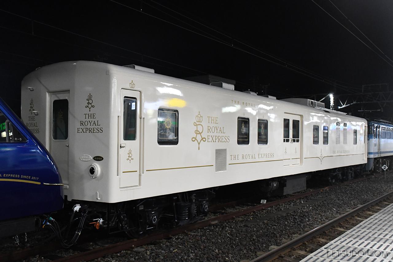THE ROYAL EXPRESSと連結して走る電源車。外観は水戸岡鋭治さんによるデザインとなりました