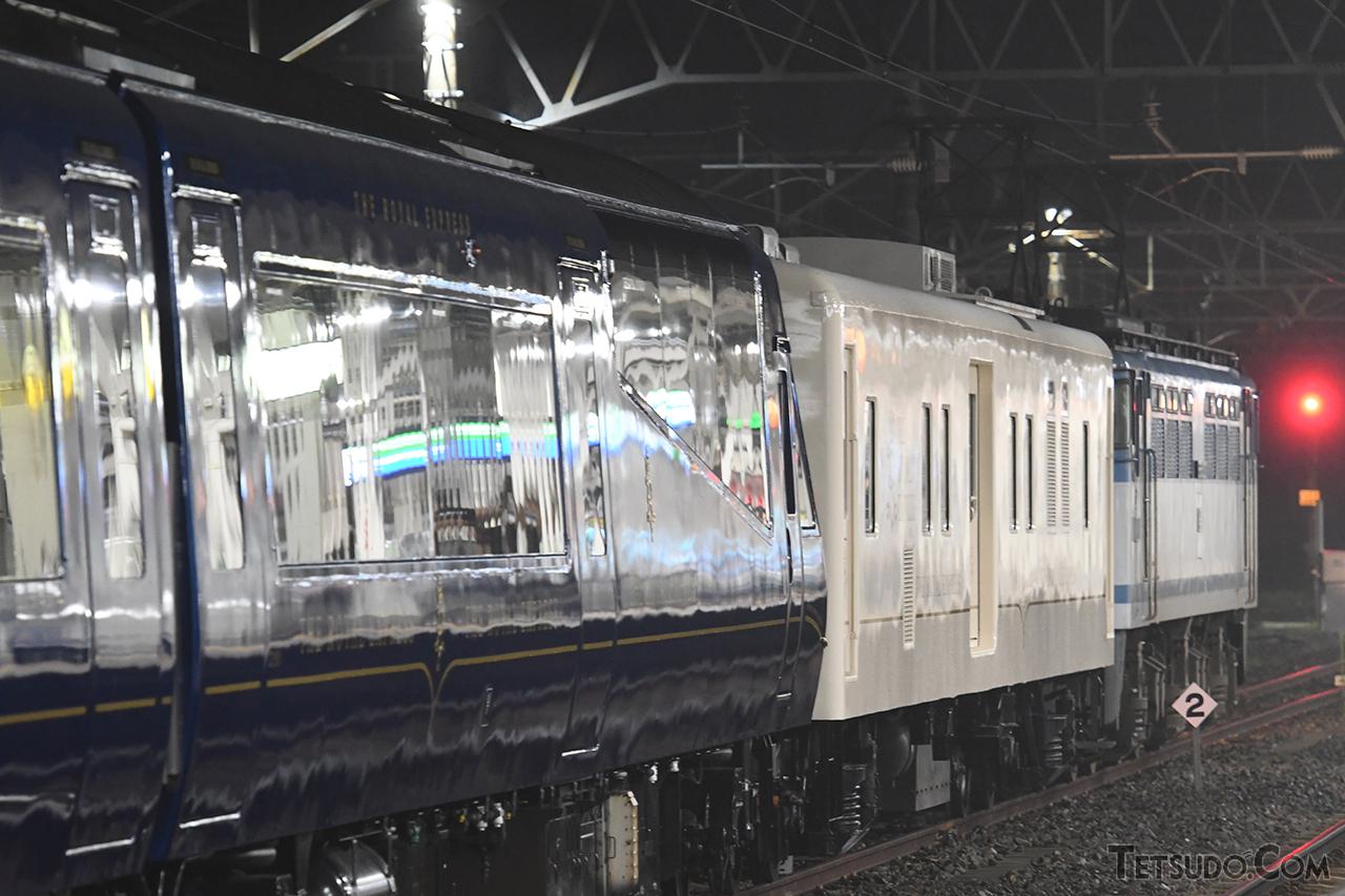 JR貨物の機関車(奥)が、JR東日本から譲渡された東急電鉄保有の電源車(中)と、伊豆急行が保有し東急が運行するTHE ROYAL EXPRESS(手前)を、JR北海道の車両基地まで運搬します