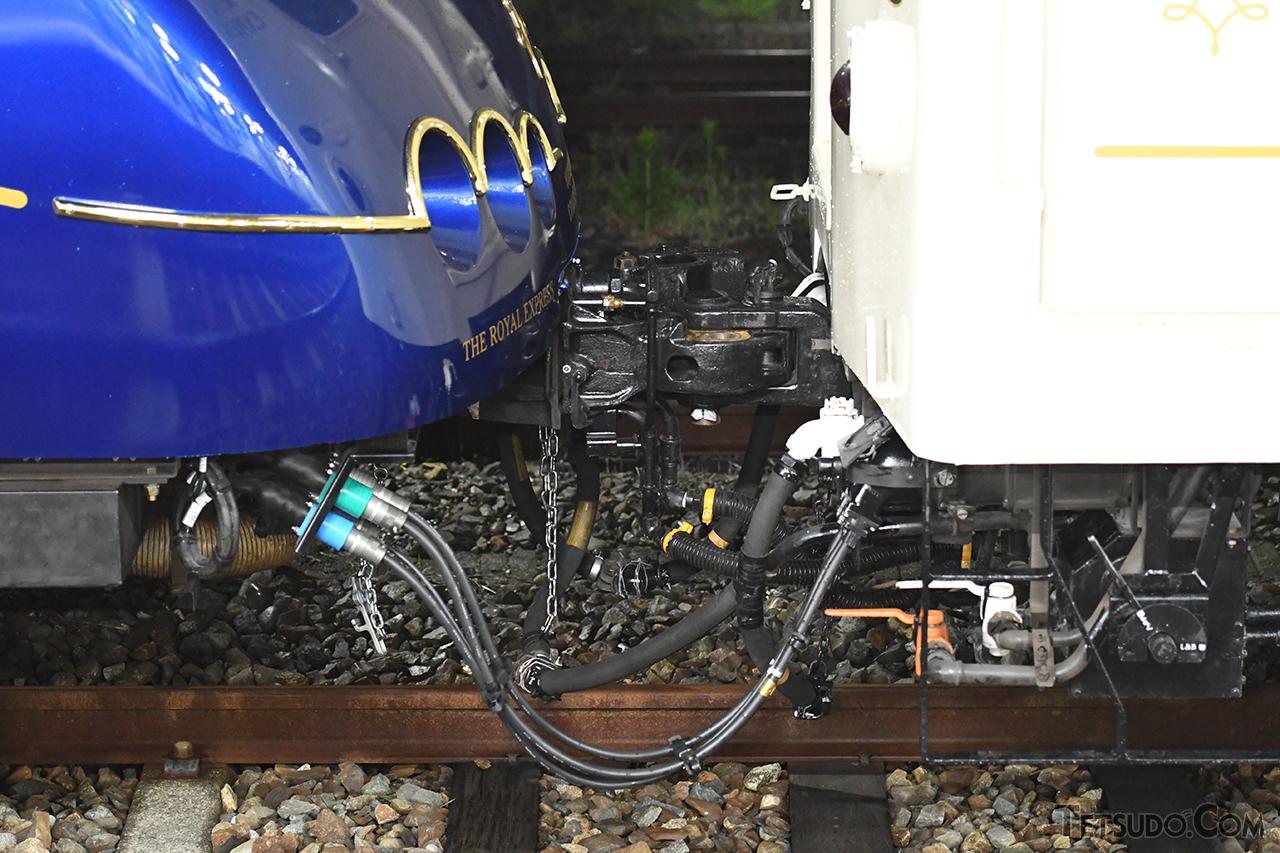 電源車との連結部分。連結器カバーは撤去されています
