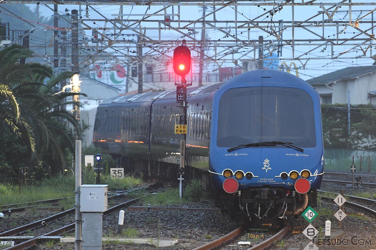 伊東駅を出発するTHE ROYAL EXPRESS