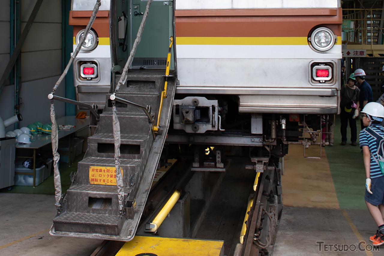 6000系から引き継いだ、内側にステップを配置した貫通扉