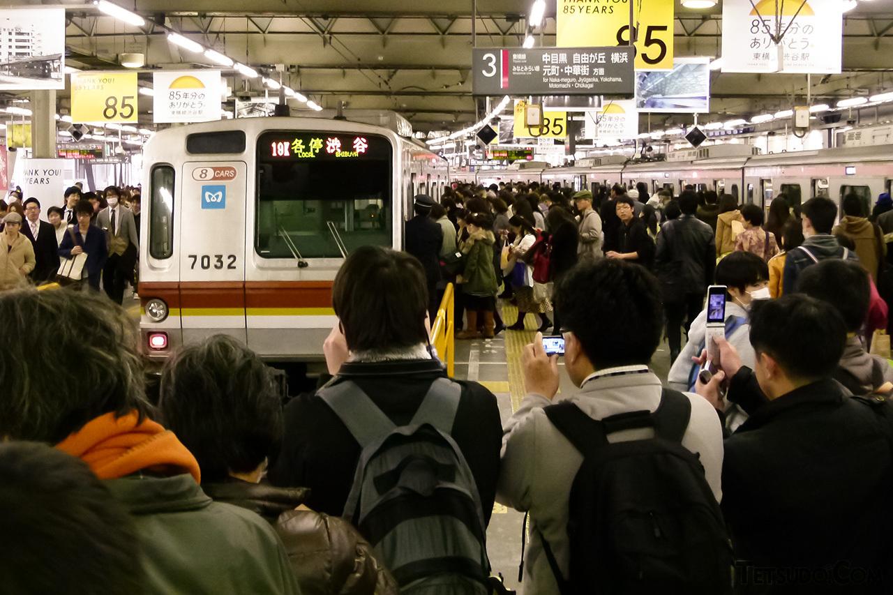 地上駅時代の東急東横線渋谷駅に乗り入れた7000系。副都心線・東横線の相互直通運転開始直前のヒトコマ