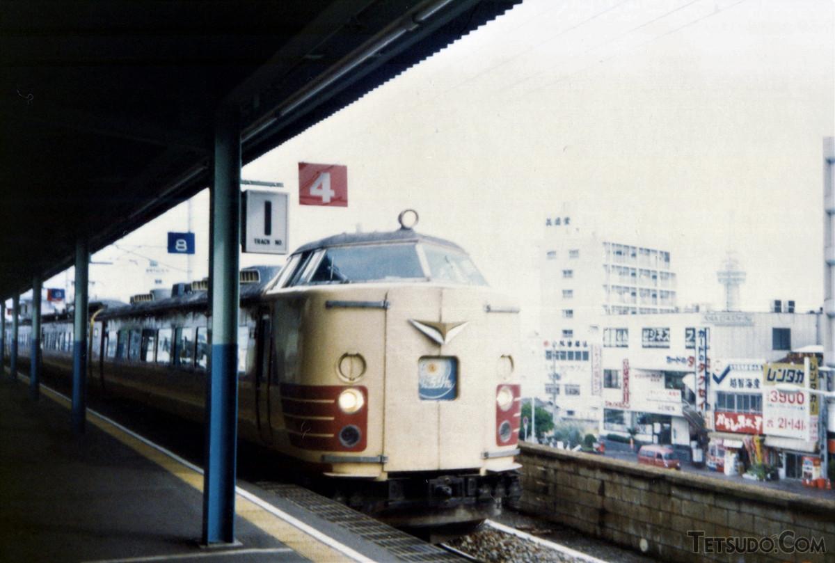 別府駅に入線する485系「にちりん」。小倉~大分間の所要時間は、最速で1時間28分でした