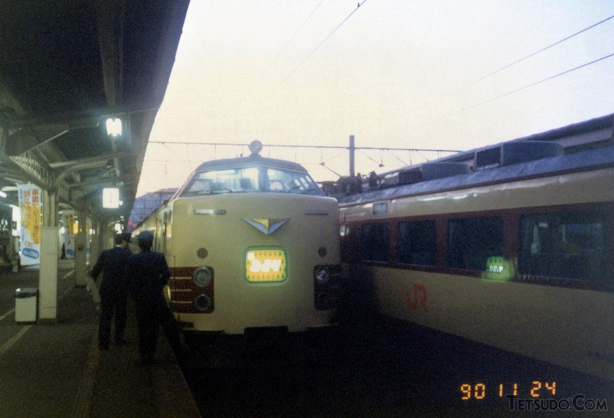 佐世保駅で発車を待つ特急「みどり」。1990年秋には、赤基調の485系「MIDORI EXPRESS」の運行も始まりました