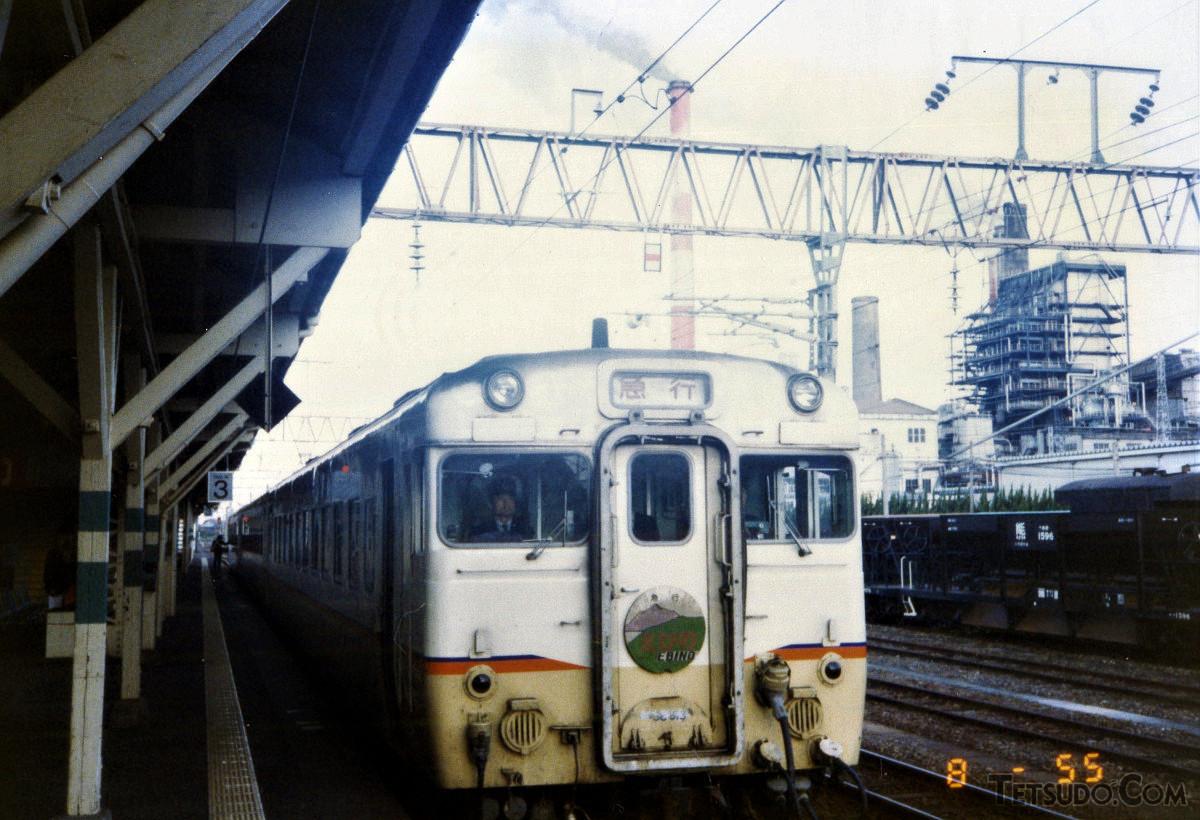八代駅に停車中の急行「えびの」。「九州急行色」と呼ばれる塗装の気動車が使われていました