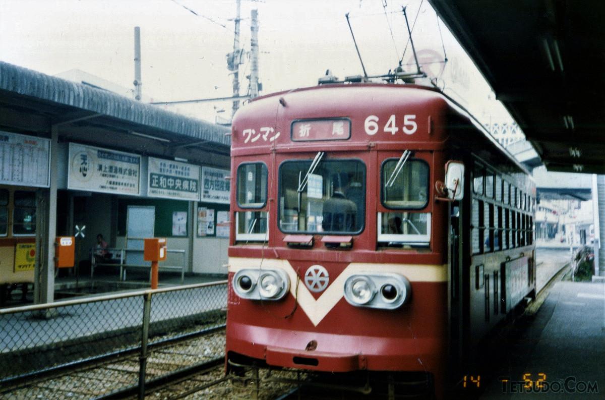 黒崎駅前停留場に停車中の折尾行き。車両は、西鉄600形645号です。「西」と車輪をモチーフにした社章(当時)も懐かしく感じられます
