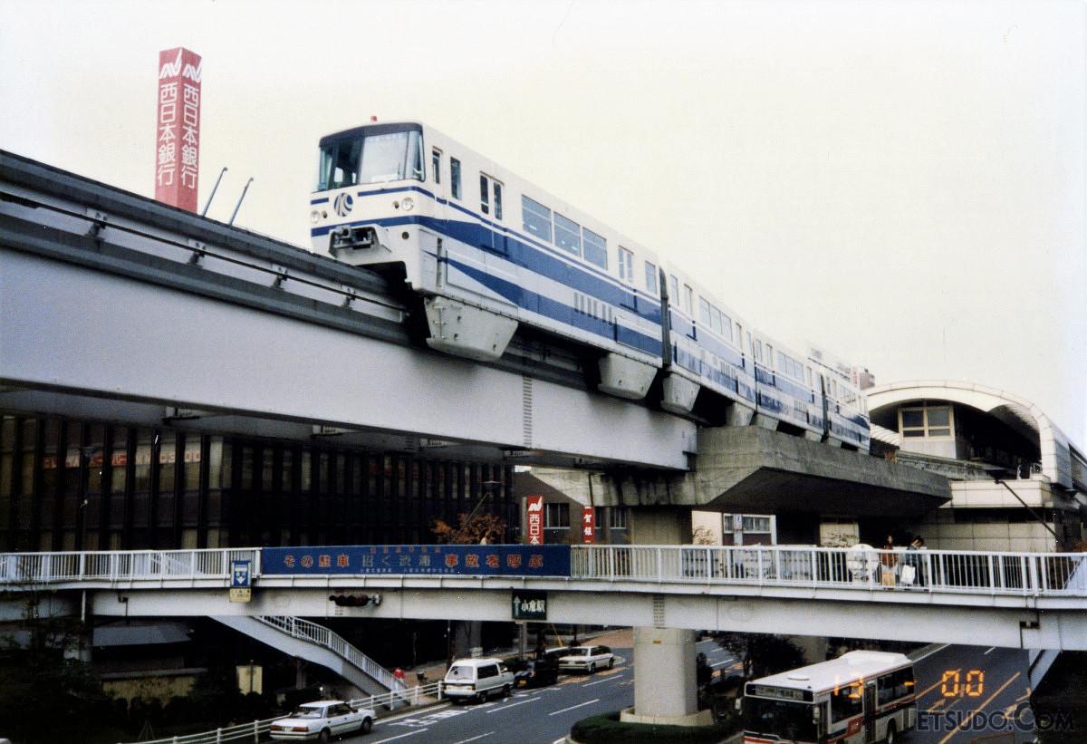 北九州モノレールの小倉駅(当時)を発車する1000形。同形式は開業以来のもので、新しい車両形式は35年間導入されていません