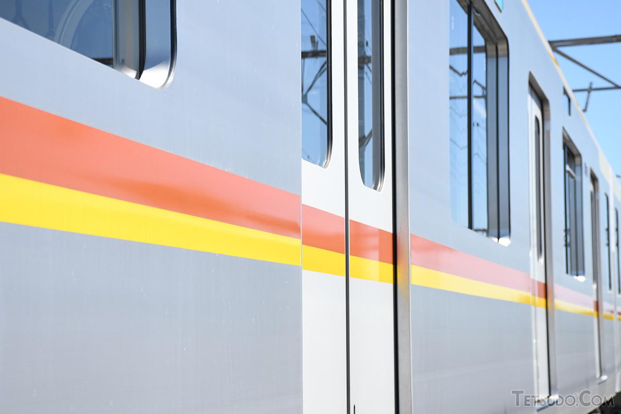 軽量化のためにアルミ車体を採用した17000系。有楽町線と副都心線のラインカラーを配しています