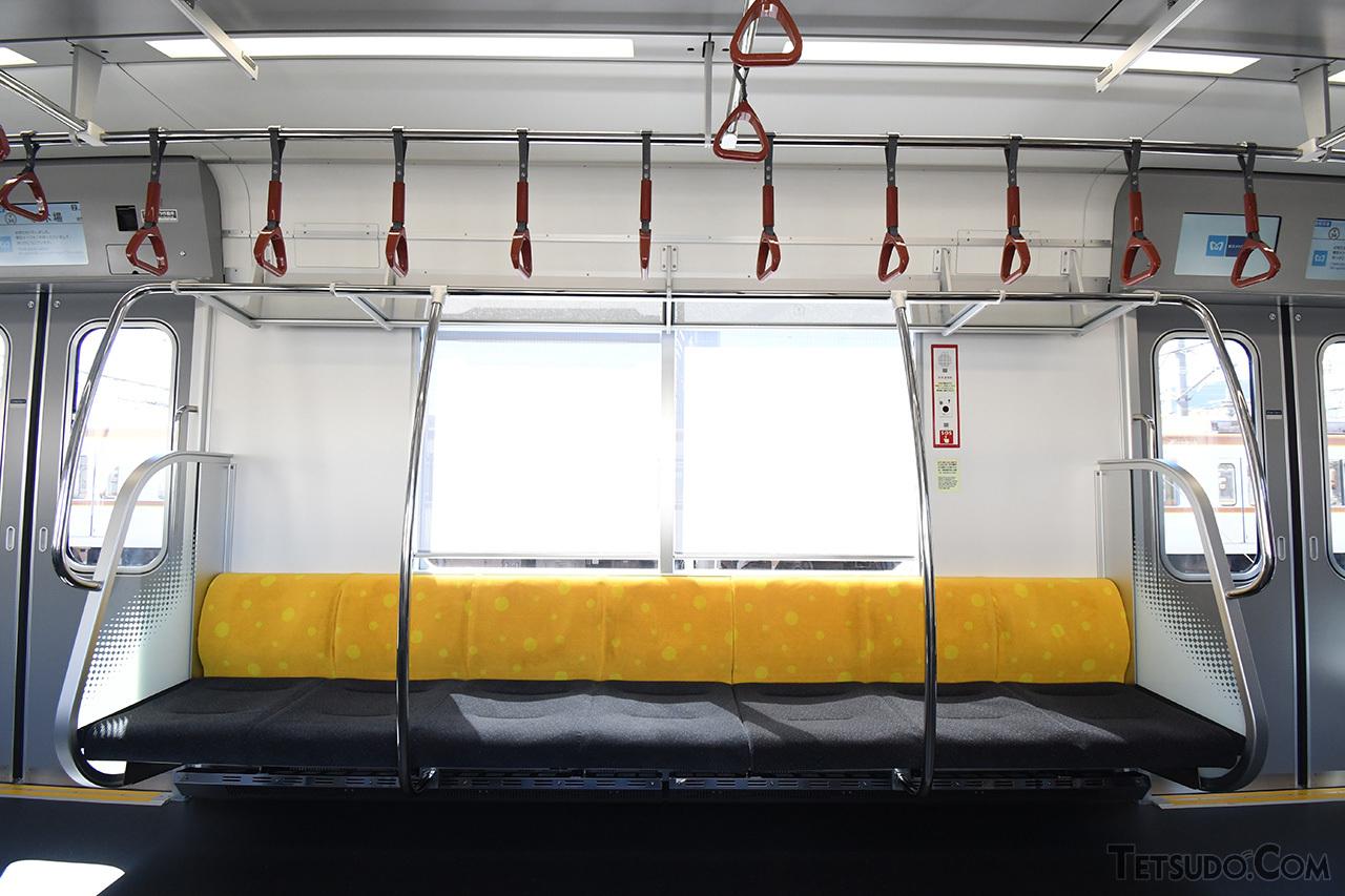座席の背もたれは有楽町線の、吊革は副都心線のラインカラーを、それぞれ採用しています