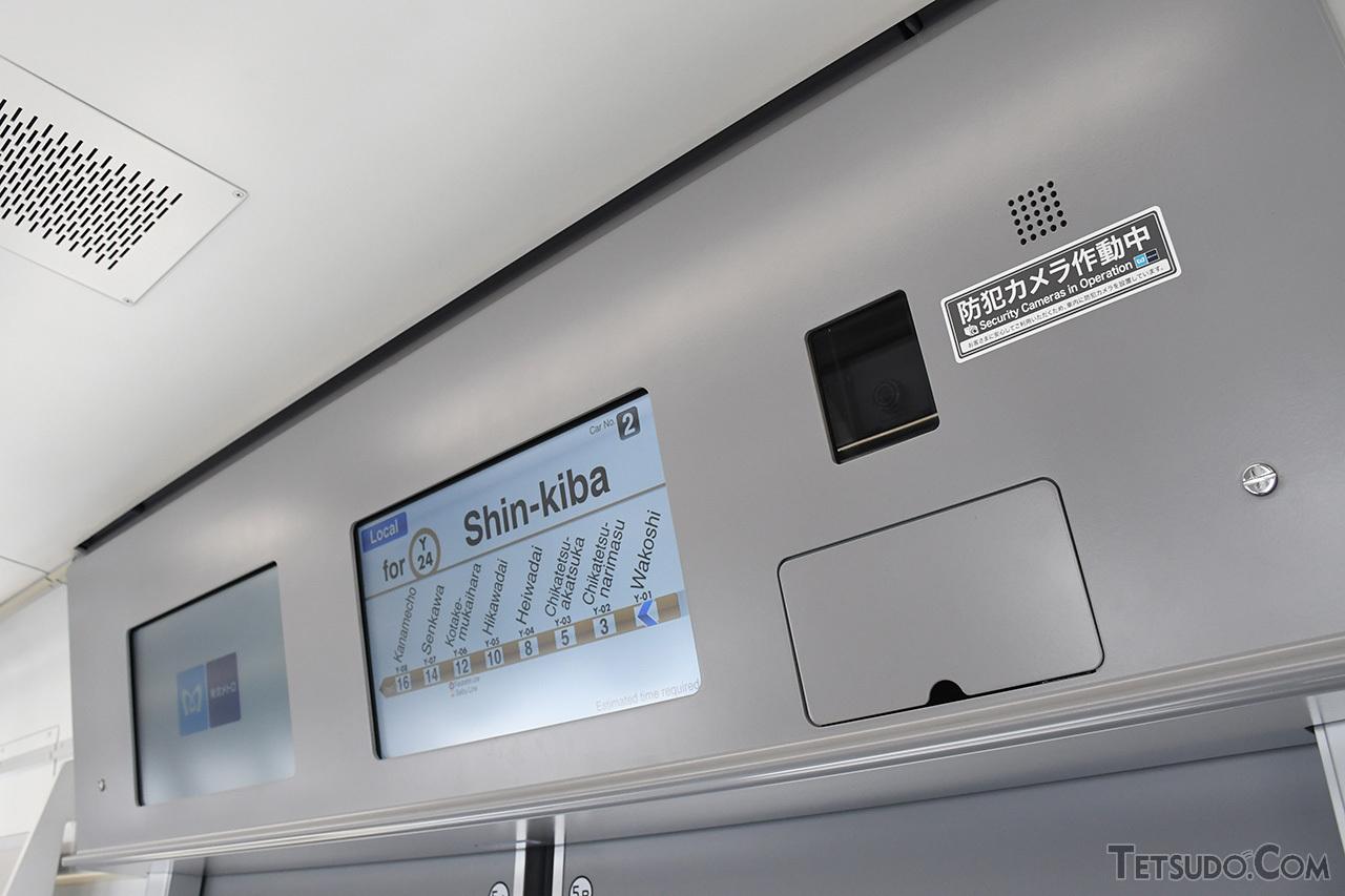 扉上に設置された車内情報表示器。1車両あたり4か所には、防犯カメラも設置されています