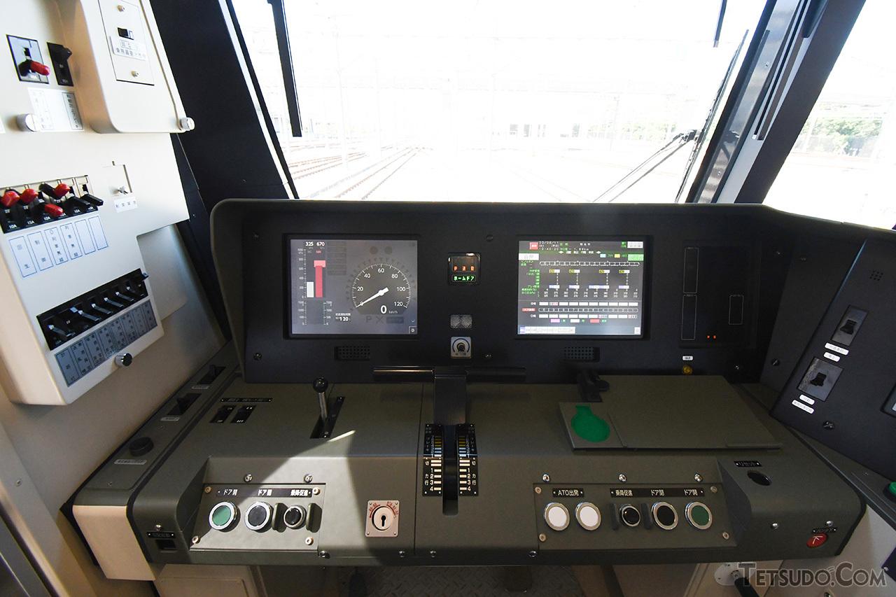 17000系の運転台。速度計が液晶画面に表示されるなどの違いはありますが、基本配置は10000系を踏襲しています