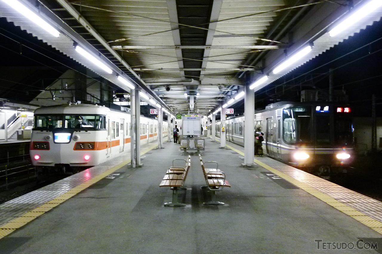 米原駅でJR西日本の223系(右)と並ぶJR東海の117系(左)。名古屋地区の117系は、2013年に営業運転から退きました