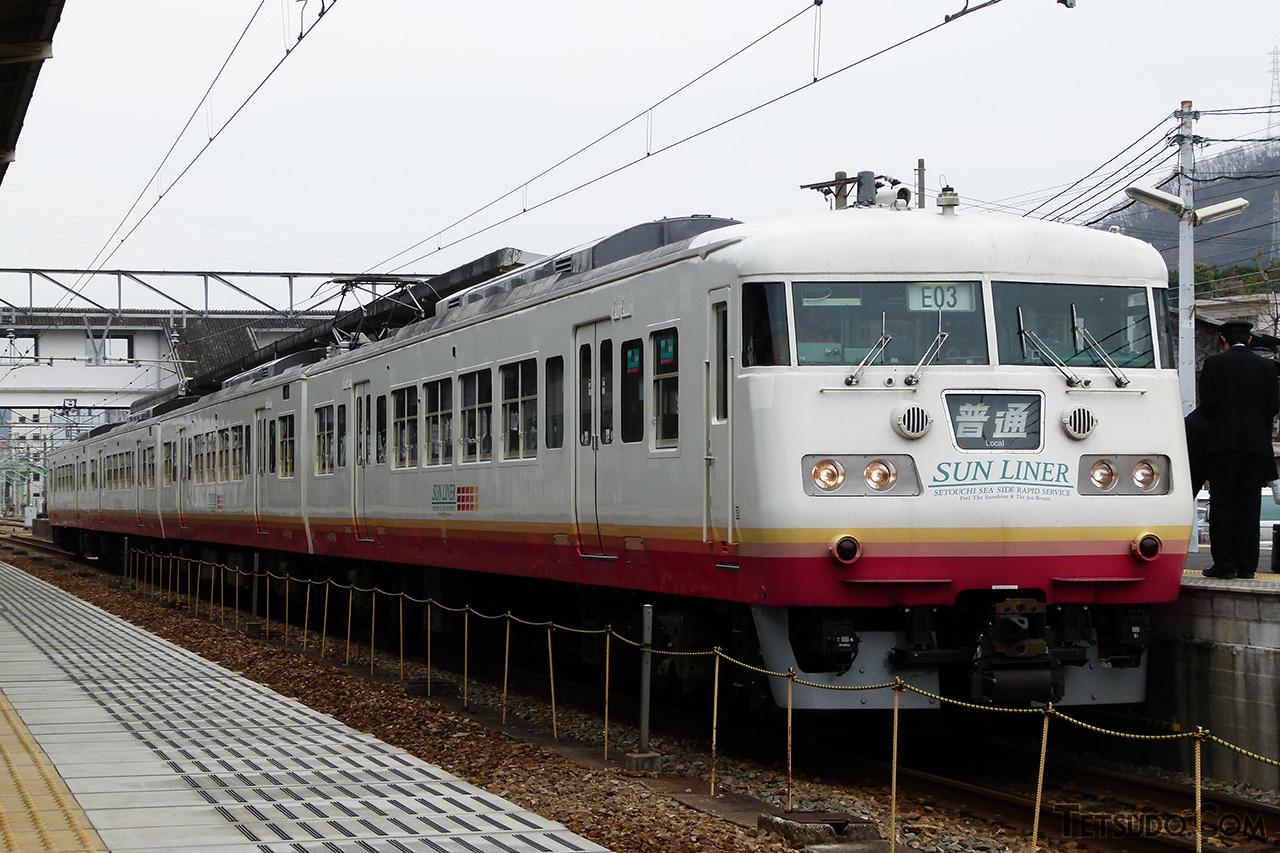 岡山電車区に転属した117系。「サンライナー色」とも呼ばれる塗装で運行されました