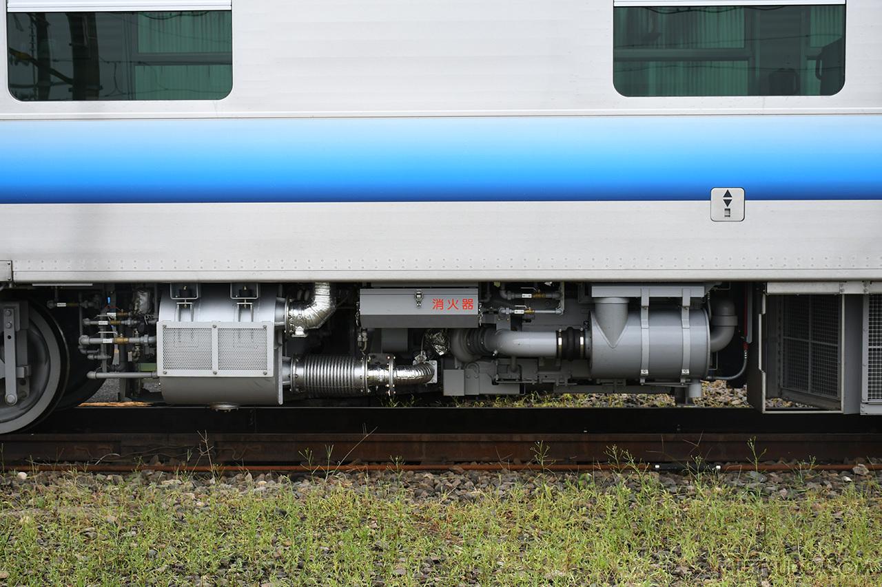 床下に搭載しているエンジン。このエンジンの出力で発電します