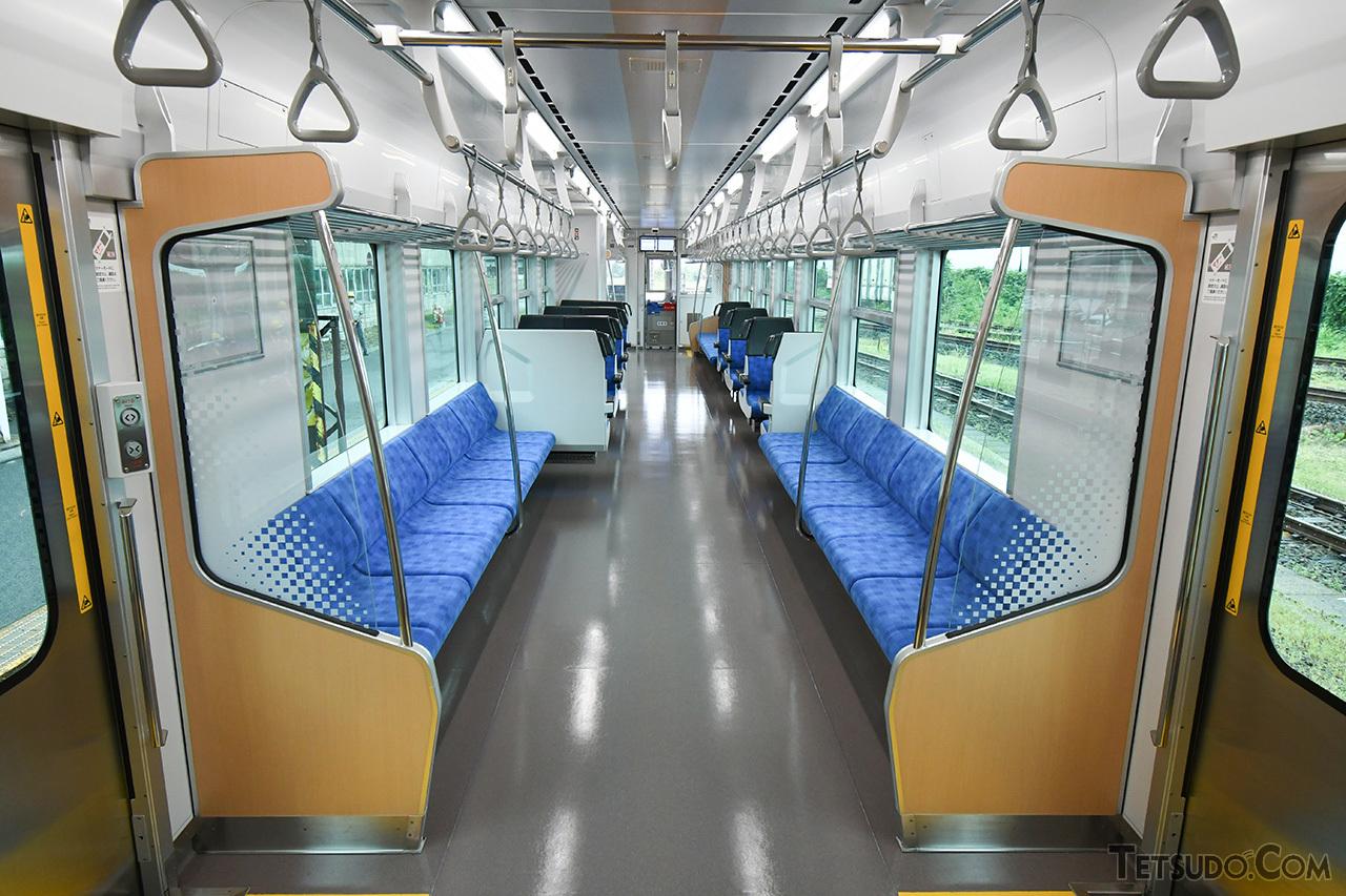 GV-E400系の車内。座席モケットは五能線の海を、天井や袖仕切りの木目調デザインは白神山地のブナを、それぞれイメージしています