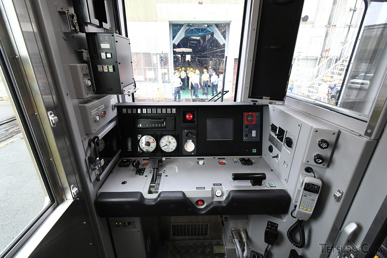 JR東日本の新系列電車と同じ、左手ワンハンドルマスコンタイプの運転台