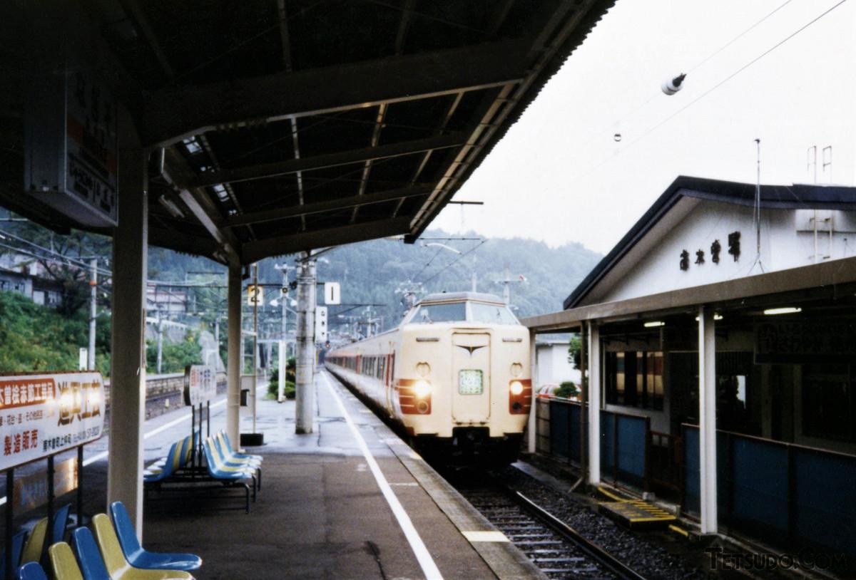 南木曽駅に到着する「しなの」11号。車両は、サロ381形を先頭車化したクロ381形でした