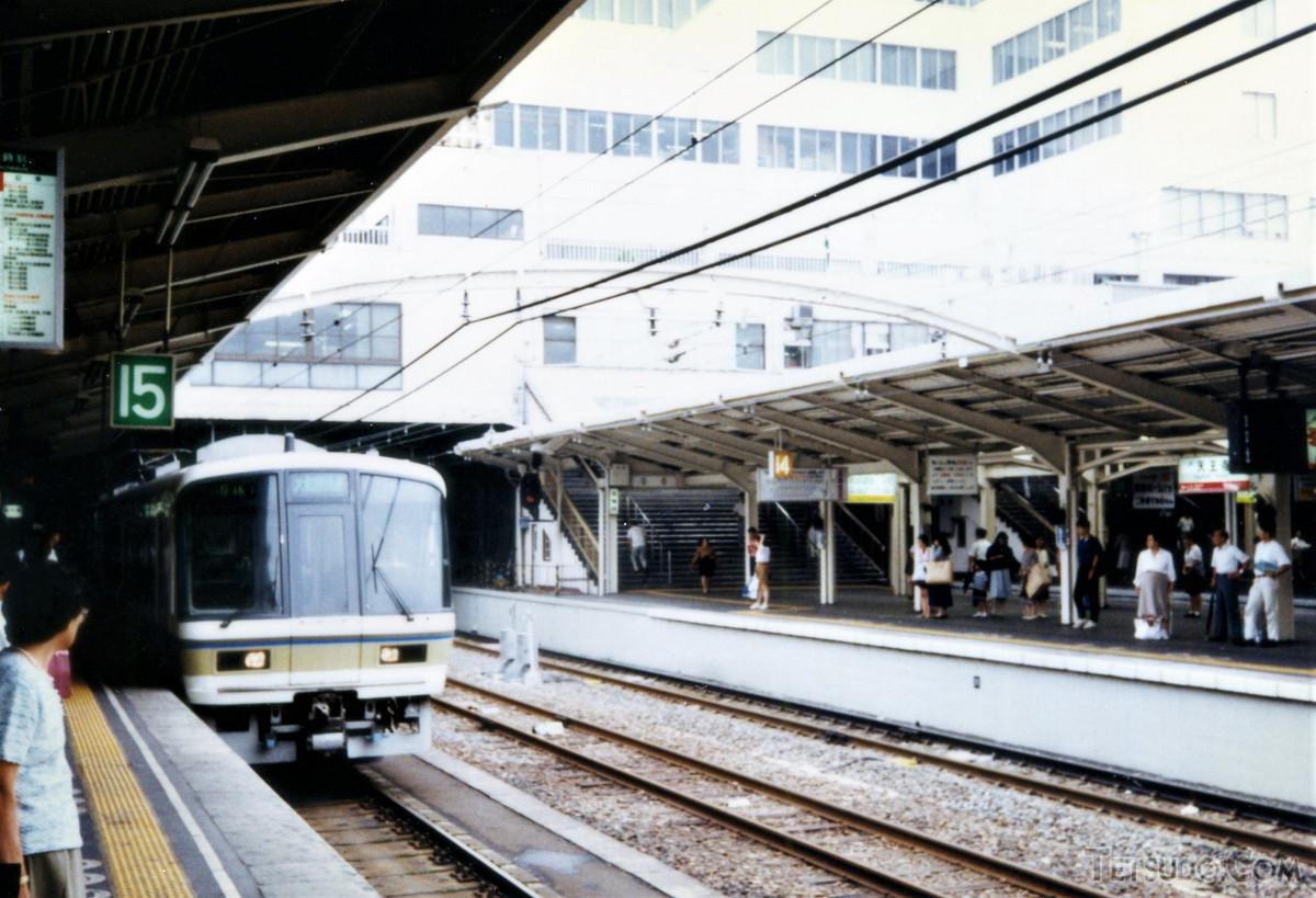 天王寺駅到着時の221系大和路快速。221系は、JR西日本初の独自設計車両でした