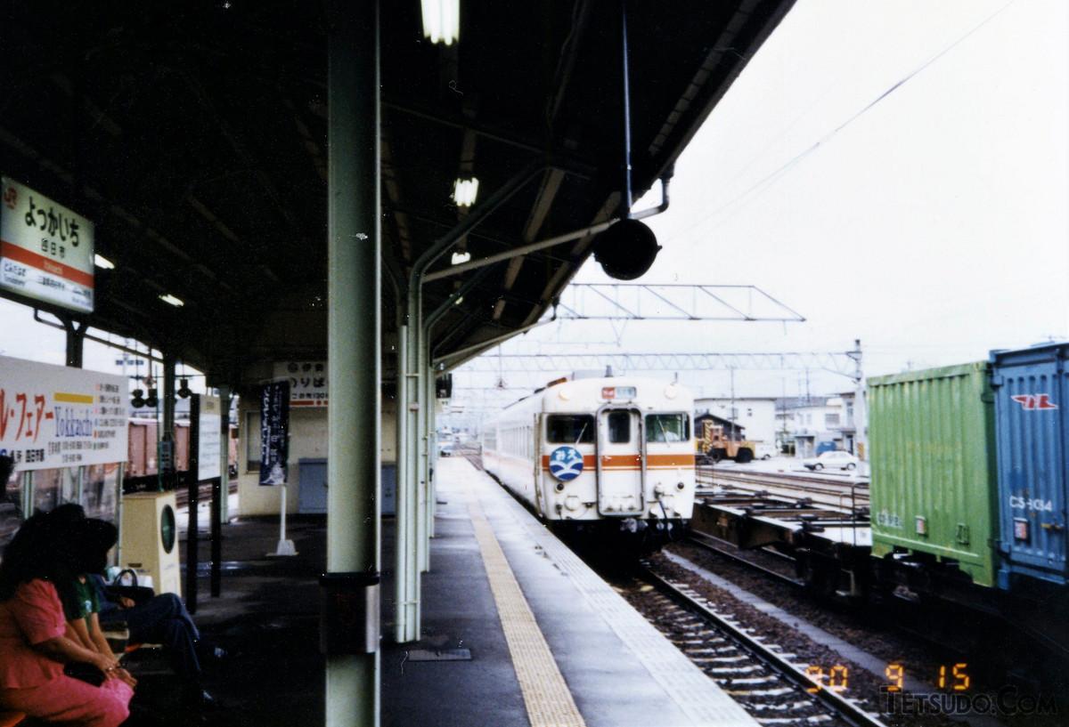 四日市駅に入線中の快速「みえ」。名古屋方はキハ58形、松阪方はキハ65形の2両編成でした