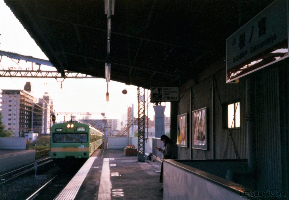 桜ノ宮駅に入る103系。ウグイス色基調、黄帯入りの103系は関西本線用で、大阪環状線にも乗り入れていました