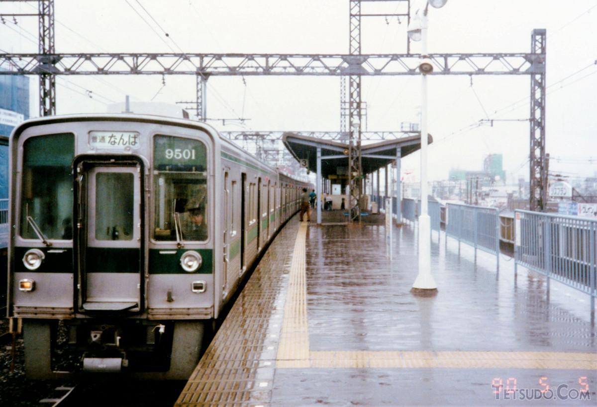 南海9000系9501編成。当時は緑帯をまとっていました。塗装変更後は「旧塗装」と呼ばれています
