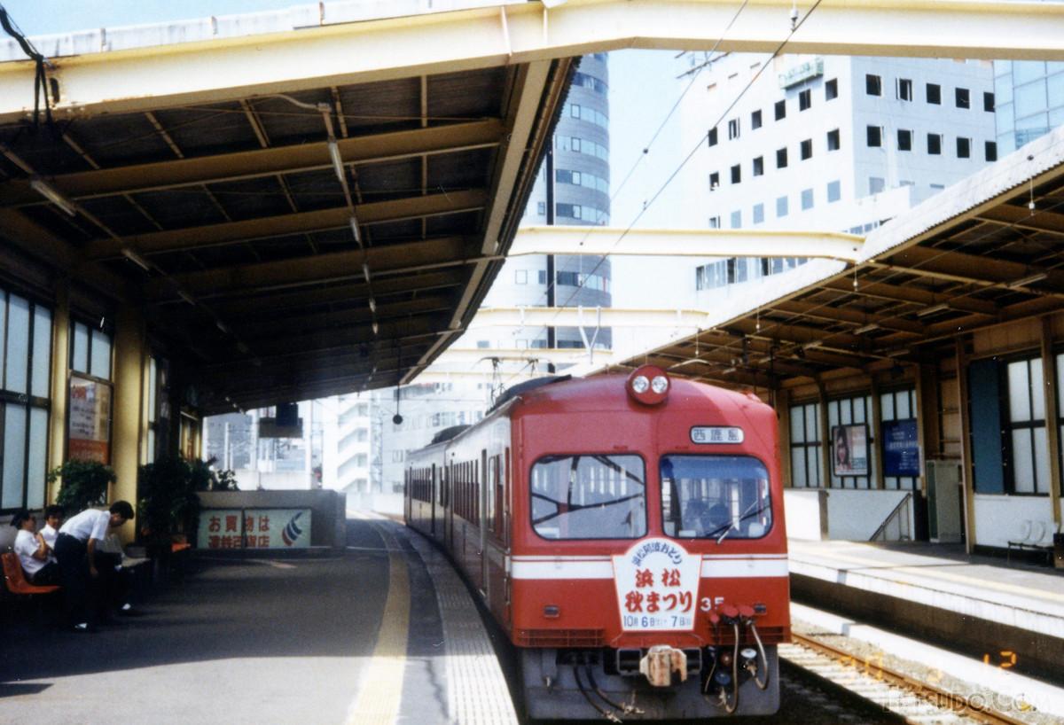 新浜松駅で発車を待つ30形。秋の「浜松まつり」開催を記念したヘッドマークを掲出しての運行でした
