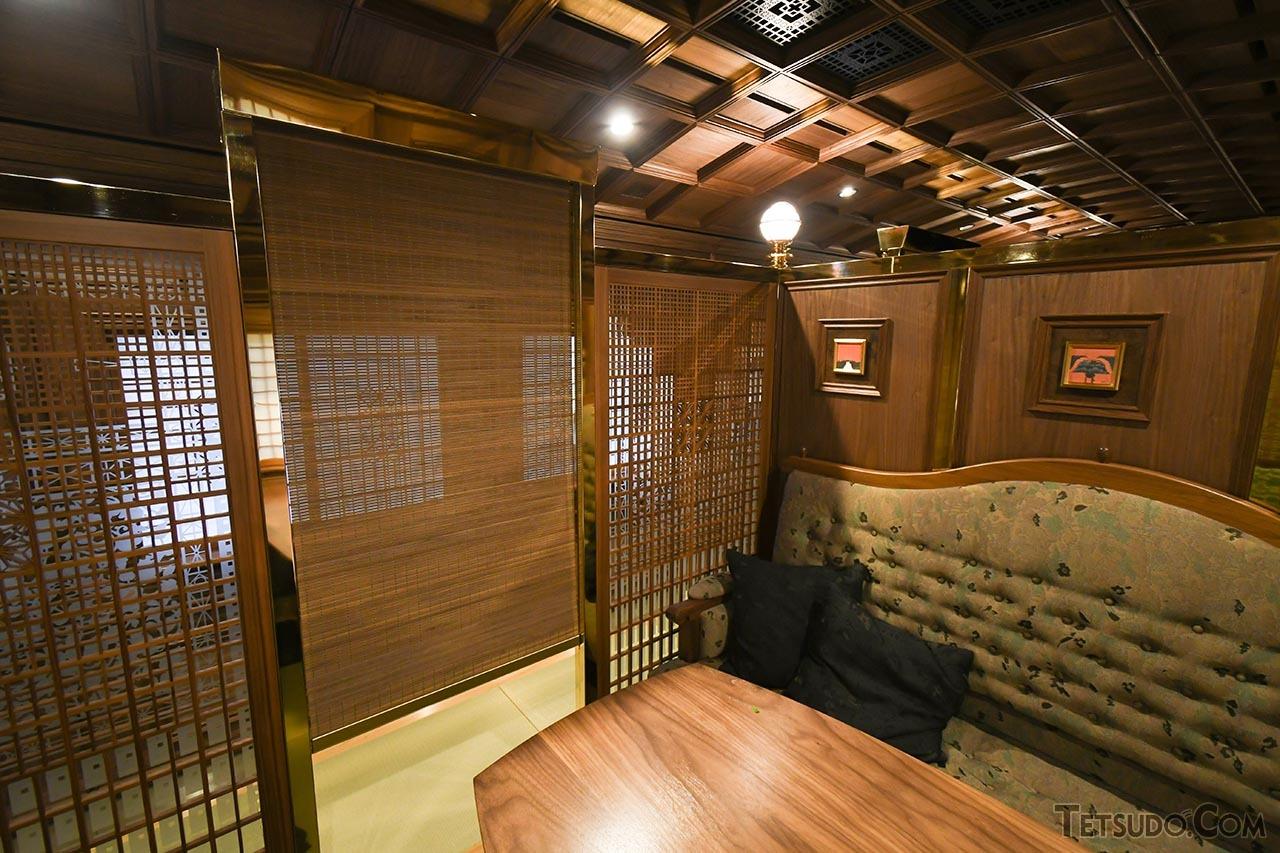 個室の入口には、すだれ状のカーテンが設置されています
