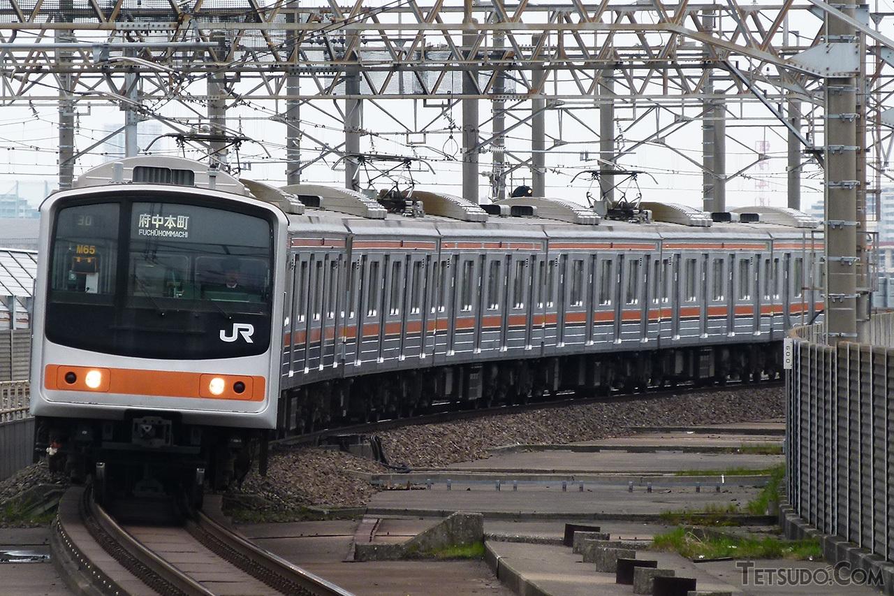 1991年に武蔵野線に投入されたグループ。京葉線用205系と同様、前面デザインが変更されています。モーター車が多いため、パンタグラフは編成中に3基