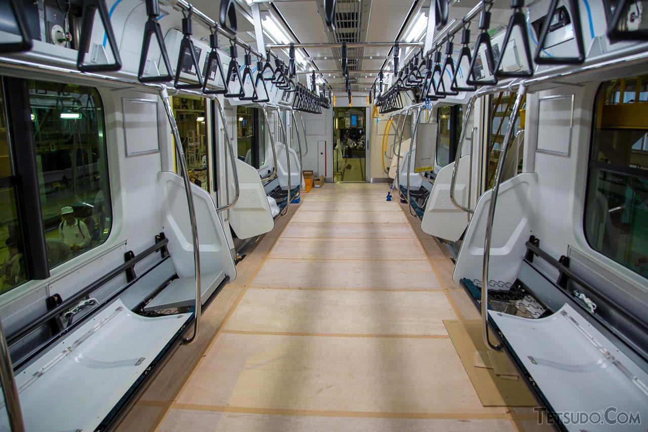 新津事業所は、首都圏のJR線に投入される車両などを製造する工場。製造中の鉄道車両が見学できる、貴重なイベントです。(2013年10月12日)