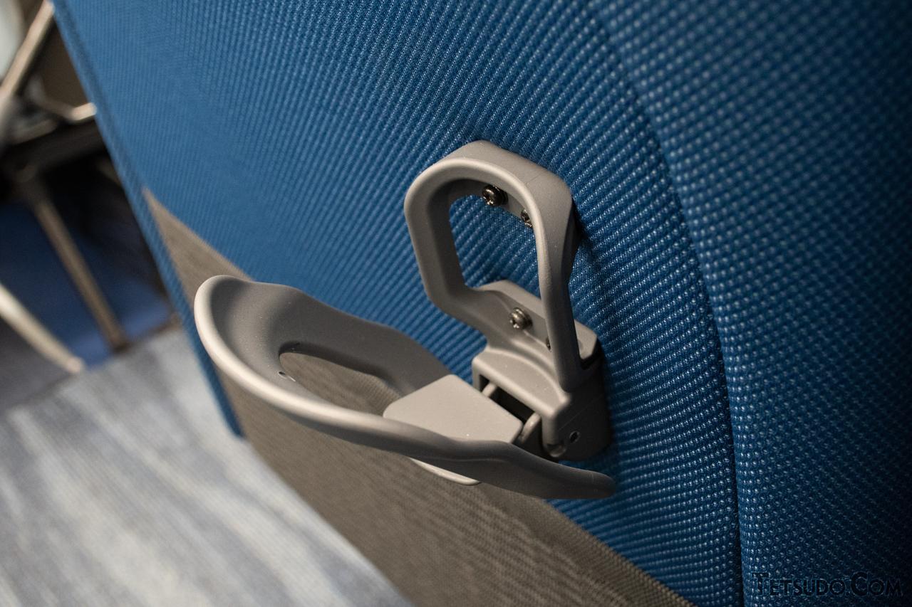 座席背面のドリンクホルダーは独特な形状