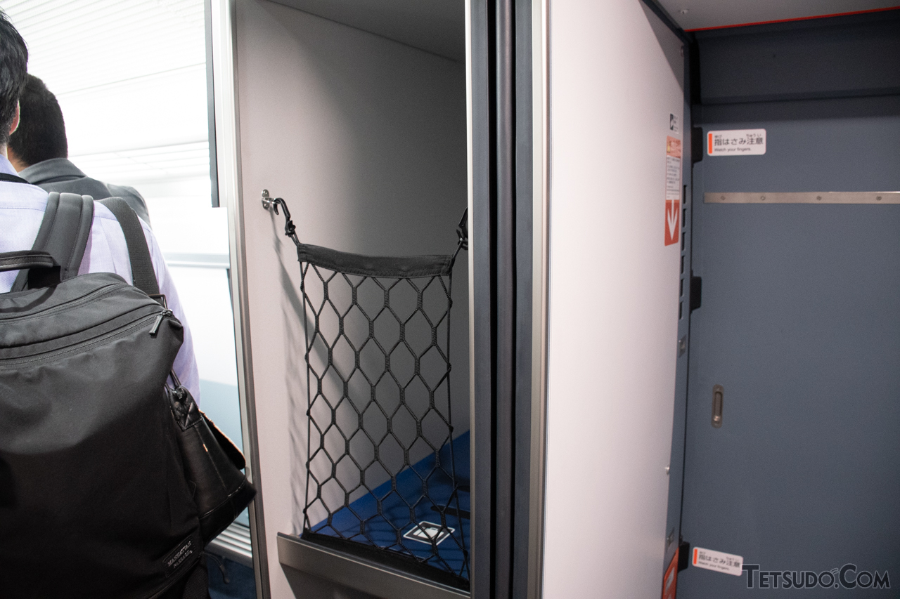 車端部に設けられた大型荷物スペース。ただし、新幹線で設置が進められているものよりは小ぶりです