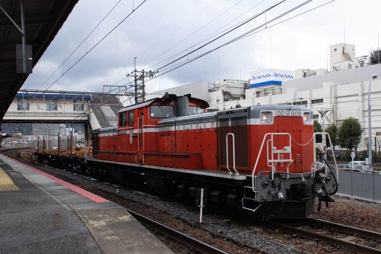 工事列車の先頭に立つJR西日本のDD51形