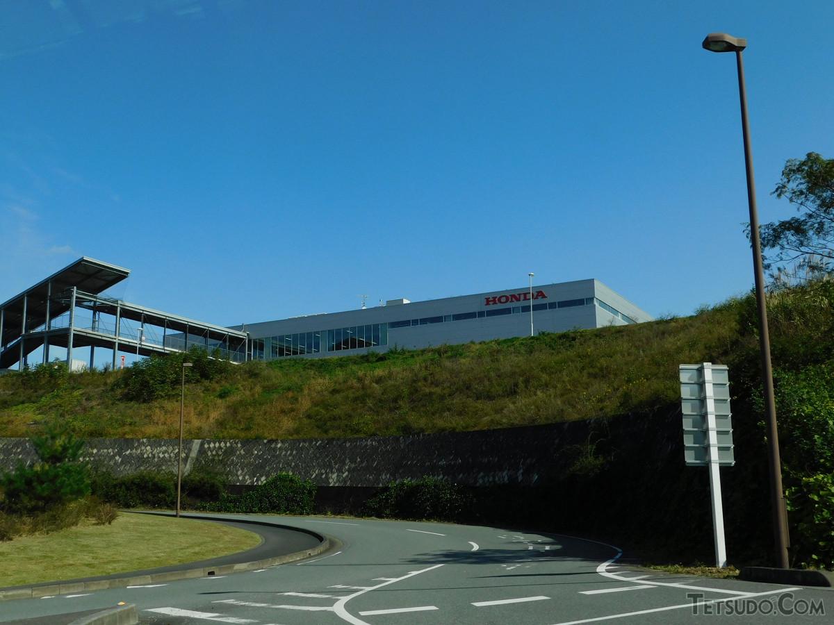 国道254号側から見た寄居完成車工場入口付近。みなみ寄居駅からこの地点までは直線距離で900メートルほどあります