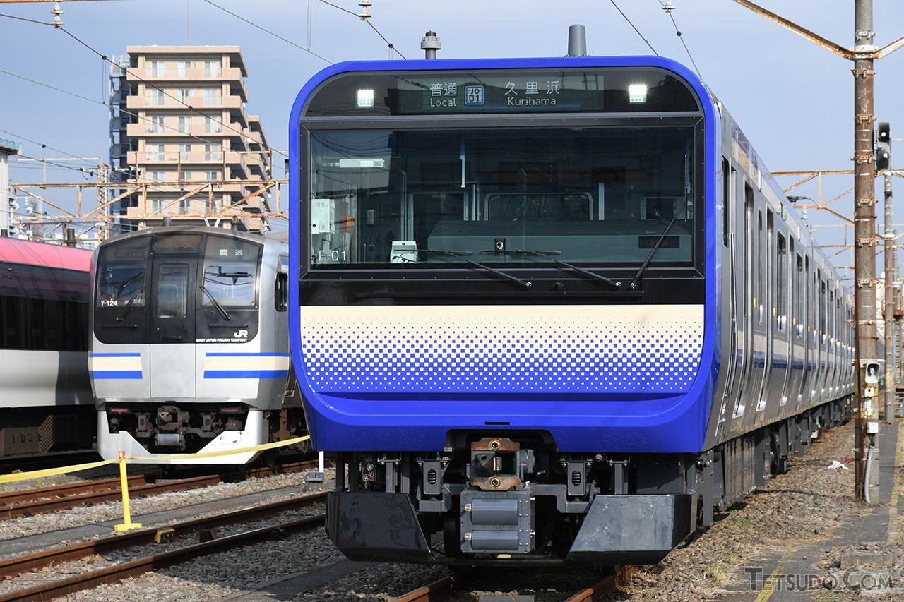既存のE217系(左)から「スカ色」を受け継いだE235系(右)