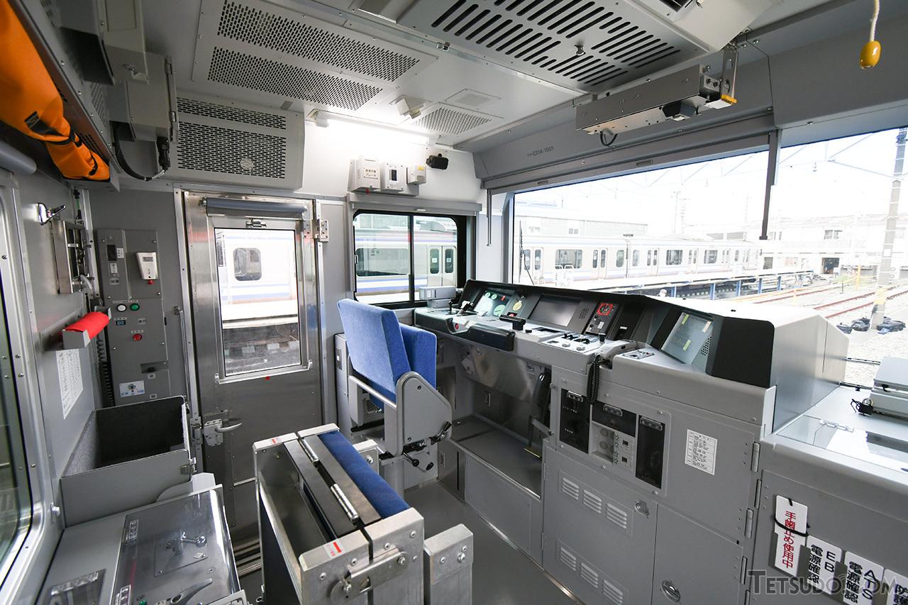 E235系1000番台の乗務員室