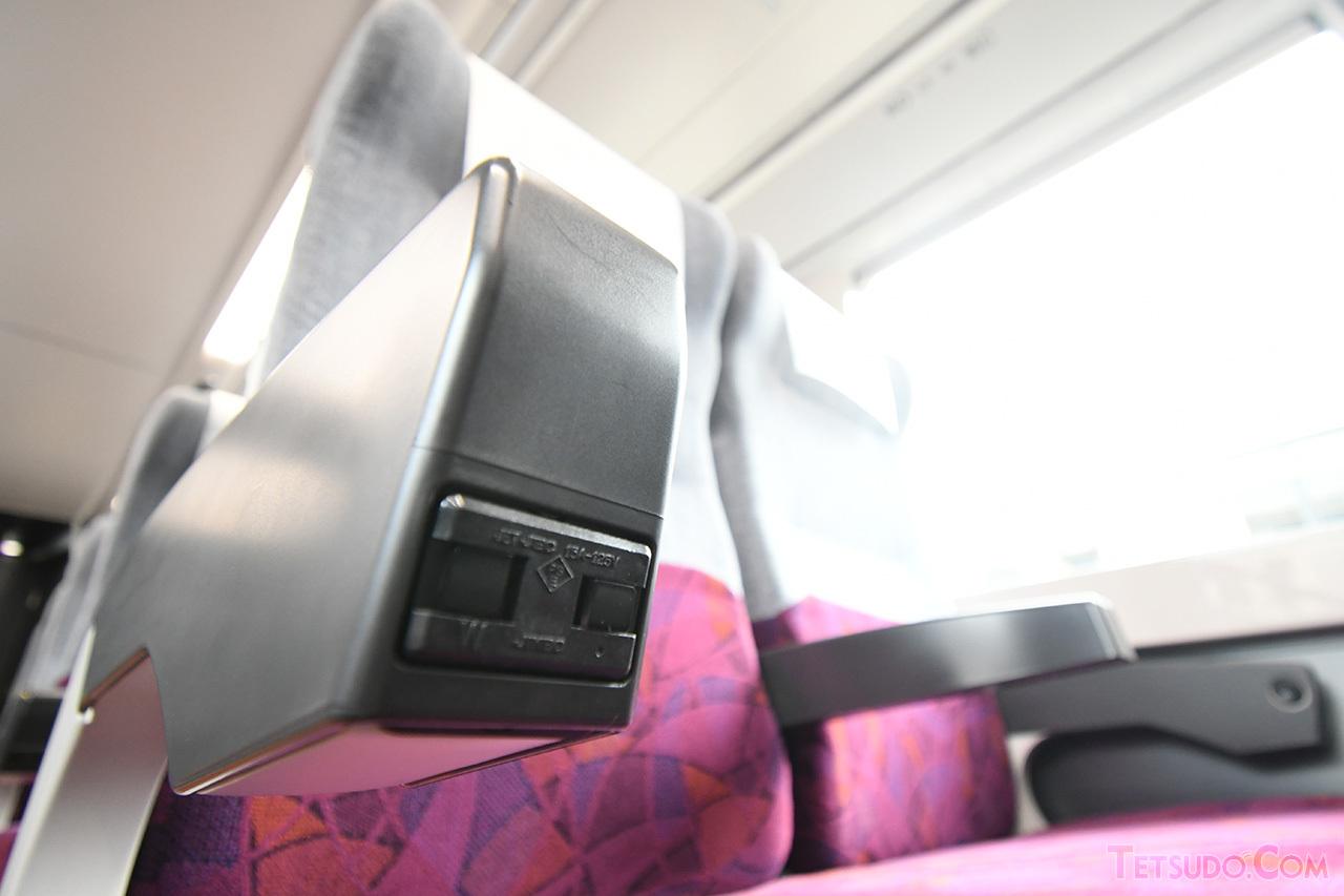 各座席の肘掛けにコンセントが設置されています