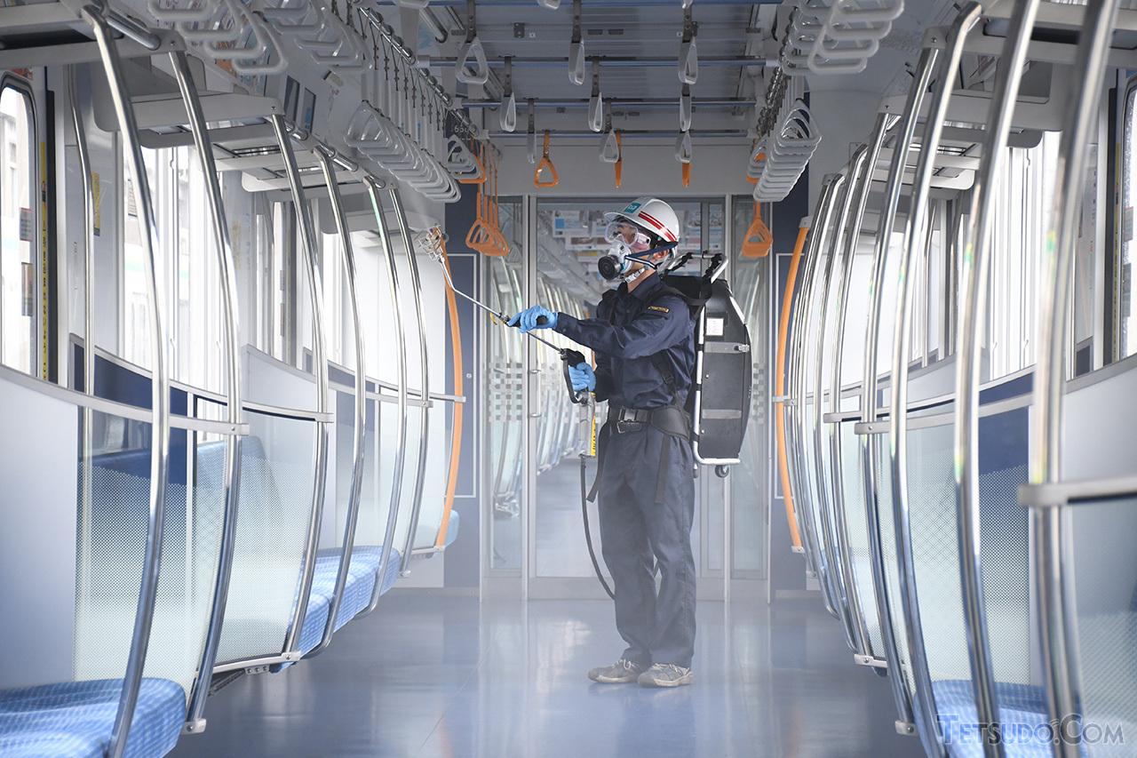 東京メトロによる車内への抗菌・抗ウイルス剤散布のようす