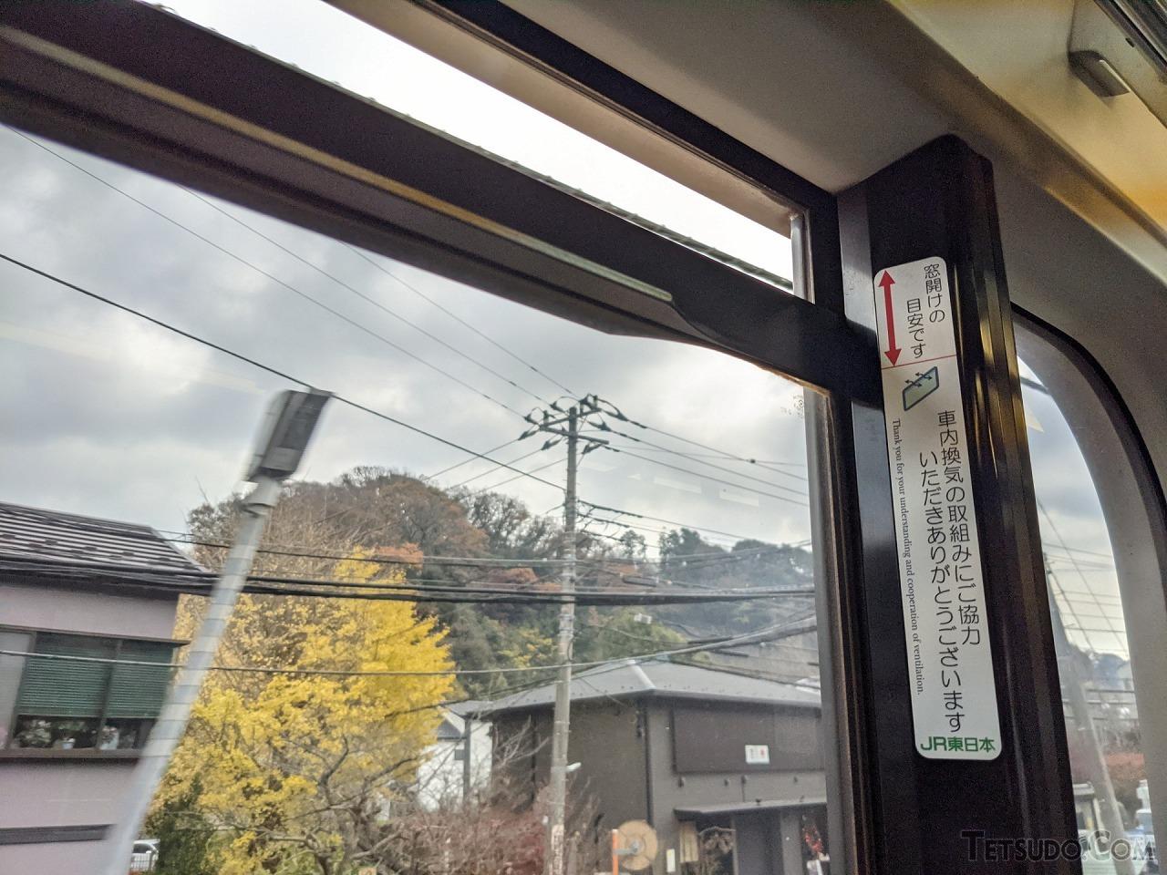 開口幅の目安を示すシールを貼り付けたJR東日本の車両