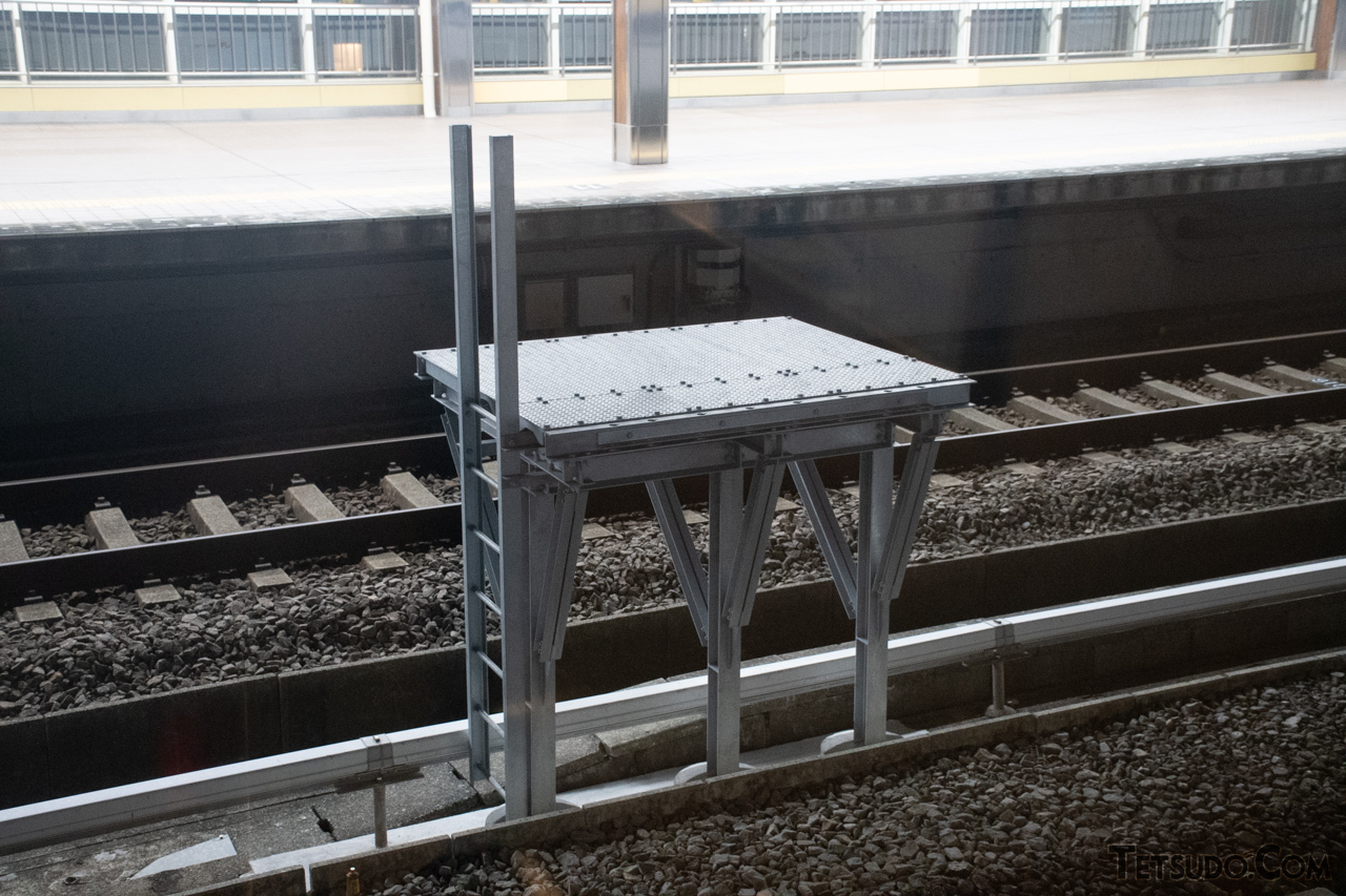 通過線と待避線の間に設置されている中継台